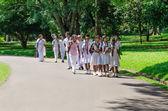Grupo de alumnos de una ropa tradicional excursión en — Foto de Stock