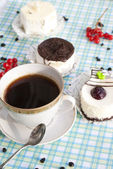 The morning black coffee with fresh cake — Stock Photo