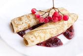 Le frittelle con marmellata di bacche e frutta ghiacciata — Foto Stock