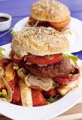 Burger mit gebackenem käse — Stockfoto