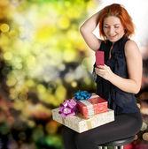 Spokojený úsměv zrzavý žena s konceptem gifts.holiday krabice — Stock fotografie