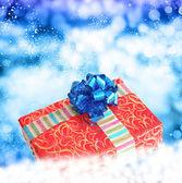 Christmas.red box geschenk auf dem schnee-hintergrund. — Stockfoto