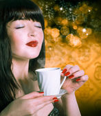 Coffee.Beautiful Woman with Cup of Hot Beverage. — Foto Stock