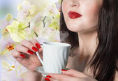Japanese Beautiful Girl with a cup of green tea buds of orchids.Best tradition Tea — Stock Photo