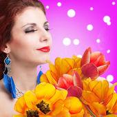 Schoonheid jonge meisje met lente bloem bouquet.holiday — Stockfoto