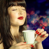 Coffee. Beautiful Girl Drinking Coffee — Stock Photo