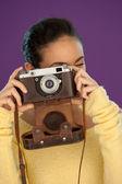 ビンテージ カメラを用いた女性 — ストック写真