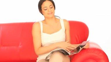 女性がお茶を飲みながら、読書 — ストックビデオ