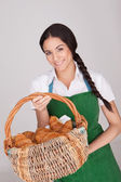 Schöne Frau mit Korb Croissants — Stockfoto