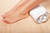 Womans stóp ręcznikiem walcowane — Zdjęcie stockowe