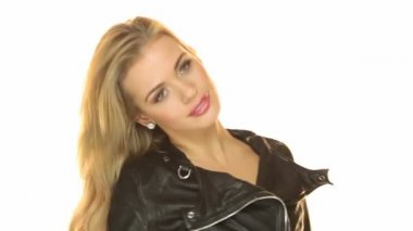 Vistiendo chaqueta negra chica sexy — Vídeo de stock