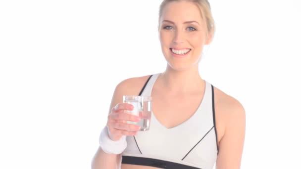Atleta cansado beber agua fresca — Vídeo de stock