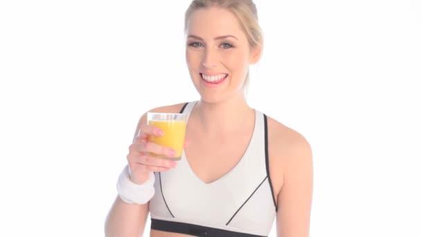 Sonriendo deportista beber zumo de naranja — Vídeo de stock