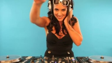 Attractive female DJ mixing music — Stock Video