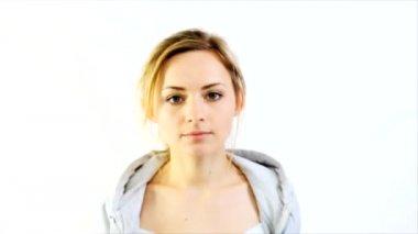 Portrait of beautiful young woman sending kiss — Stock Video
