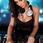 schöne busty dj mixing-Ton — Stockfoto