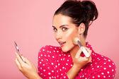 Bella donna applicando il fard — Foto Stock
