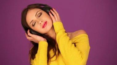 耳机的美丽女人 — 图库视频影像