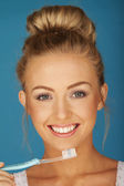 Blonde looking after teeth — Stockfoto