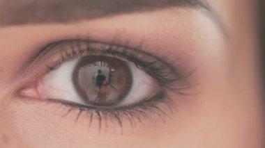 自然化粧を持つ若い女性の目 — ストックビデオ