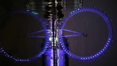лондонский глаз, отражено в темзе — Стоковое видео