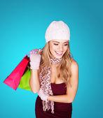 Lachende stijlvolle vrouw met shopping tassen — Stockfoto