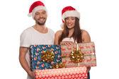 Šťastný pár nesoucí vánoční dárky — Stock fotografie