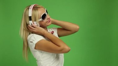 Beautiful blond woman wearing headphones — Vídeo de stock