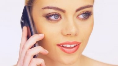 Beautiful woman talking on a smartphone — Stock Video