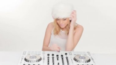 Beautiful young female DJ mixing music — 图库视频影像