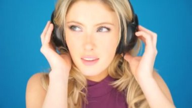 Beautiful blond woman concentrating on her music — Stockvideo