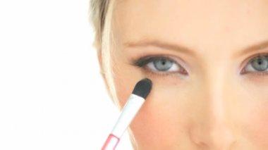 Close-up blonde woman applying her eye makeup — Stock Video