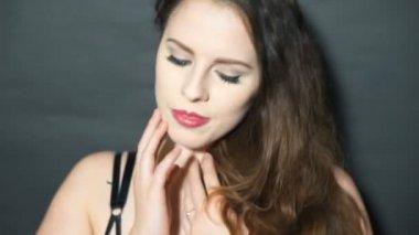 穿内衣的性感黑发女人 — 图库视频影像