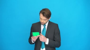 Businessman with his smartphone showing the app — Stock Video