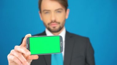 Businessman with his smartphone showing the app — Stok video