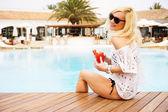 在游泳池放松的年轻女子 — 图库照片