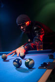 Man playing pool lining up on the cue ball — Stockfoto