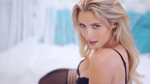 Belle femme séduisante, flirtant avec la caméra — Vidéo