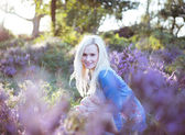 Belle fille sur le champ de lavande — Photo
