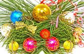 色とりどりのクリスマス ボールと松の枝. — ストック写真