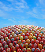 Multicolored easter eggs and blue sky. — 图库照片