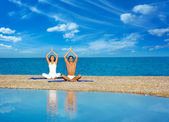 Couple on the Beach Practicing Yoga — Foto Stock