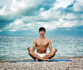 člověk dělá jóga u moře — Stock fotografie