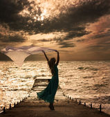 海で生地のドレスを着た女性 — ストック写真