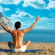 Man Doing Yoga at the Sea and Mountains — Stockfoto