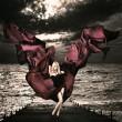 blond kvinna med viftande siden på stormigt hav — Stockfoto