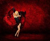 Sexig blond kvinna med rött siden — Stockfoto