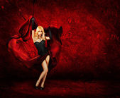 Sexy blonde frau mit roter seide — Stockfoto