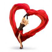 Kırmızı ipek sevgililer kalbi olan genç kadın — Stok fotoğraf