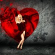 Frau mit Herz auf dunklem Hintergrund plantschen — Stockfoto